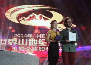 Jan Svatoš a Romi Strakova prebiraji cenu Special Jury Award Jade Kunlun v přimem prenosu čínské televize